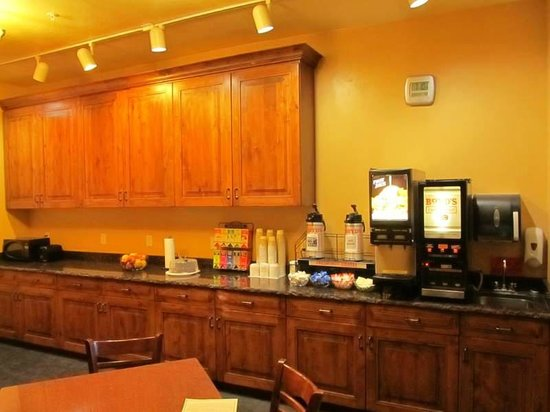 Cowboy Village Resort: Lobby has complimentary coffee / cookies  / juices.