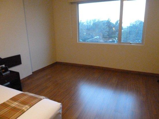 Casa Andina Select Chiclayo: Zona pelada, por favor un sillón, un mesita sería un plus.