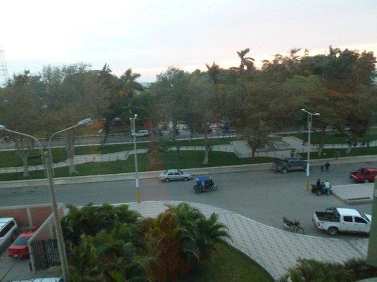 Casa Andina Select Chiclayo: Hacia la avenida y el parque al frente.