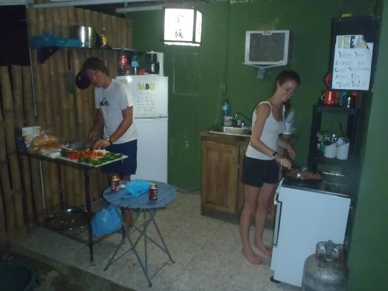 Pukalani Hostal: Kitchen area open to all guests