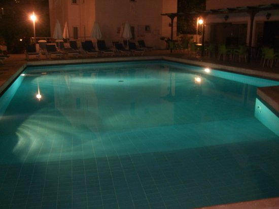 Bantur-Naz Hotel: pool at night