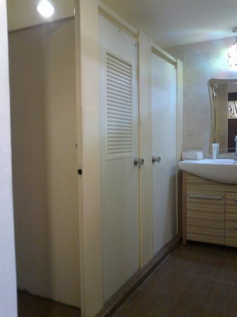 Inn 33: Shared bathroom