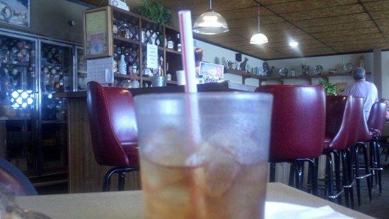 Keyesport, IL: Great iced tea - simple interior.