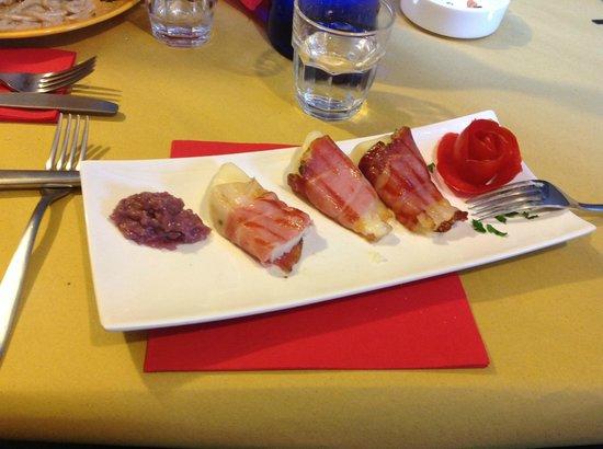 Osteria Le Sorelline: Pecorino in abito di crudo con tartare di cipolle di Tropea