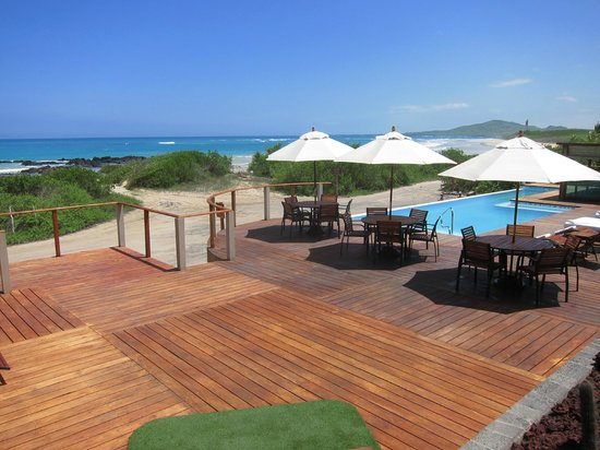 Iguana Crossing: Pool/beach view from main entrance
