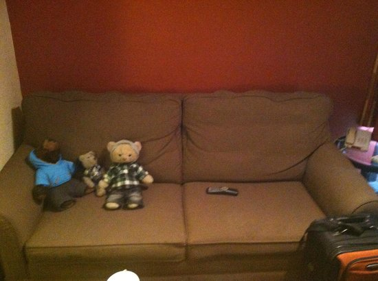 Quality Inn & Suites Airport / Cruise Port South: Sofabed in entryway