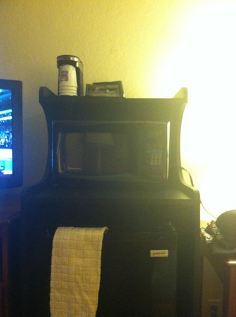 Quality Inn & Suites Airport / Cruise Port South: Microwave and Refrigerator