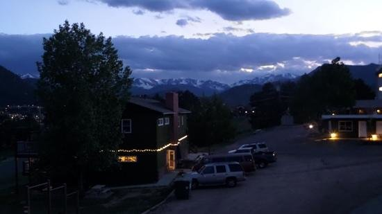Coyote Mountain Lodge : 2nd floor view at dusk