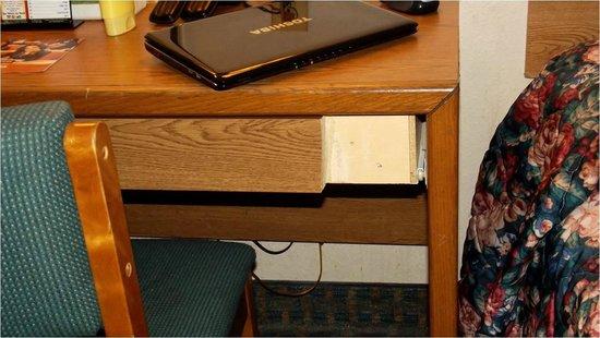 Super 8 St. Charles : desk drawer missing facing