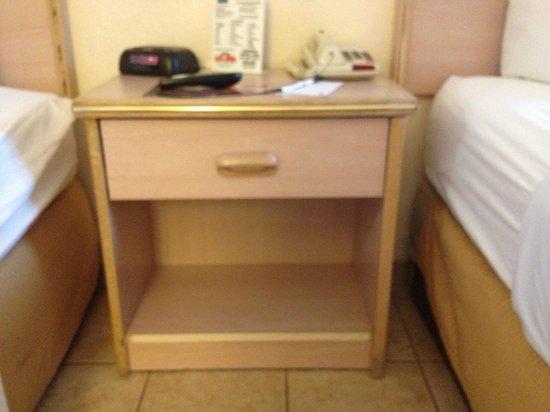 Quality Inn Sarasota/Siesta Key: bedside table