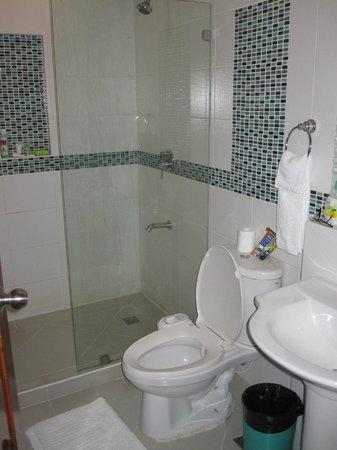 Boracay Beach Club: Clean and modern bathroom