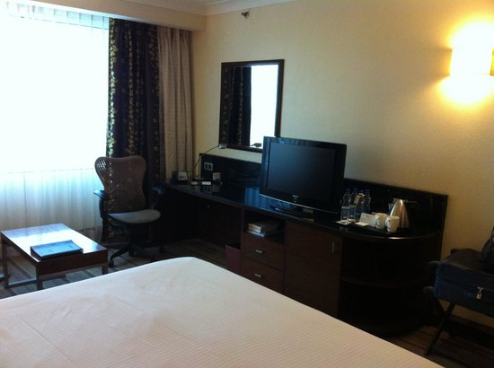 Hilton Garden Inn New Delhi / Saket: Room - Desk and TV