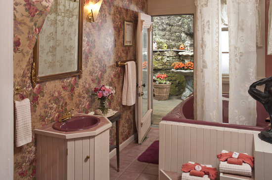 Cliff Cottage Inn - Luxury B&B Suites & Historic Cottages: Sarah Bernhardt Suite jacuzzi bathroom