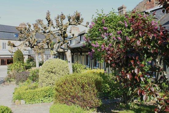 Hotel de la Croix d'Or: The garden