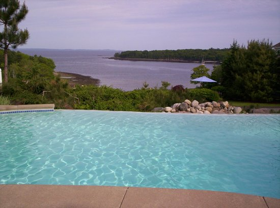 Island View Inn: Infinity Pool overlooks cove
