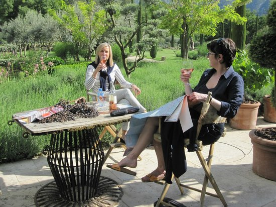 Domaine Les Roullets : Relaxing in a common area