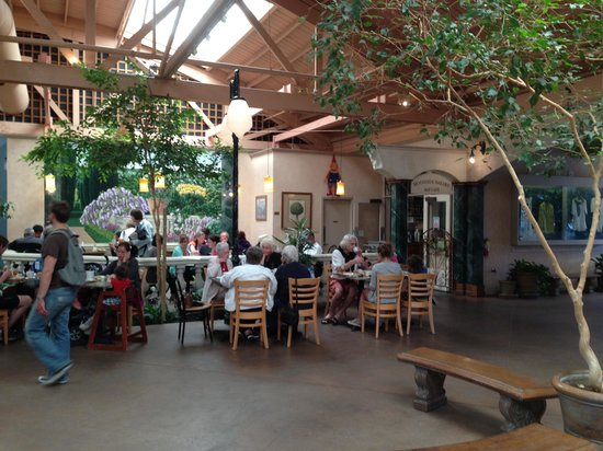 Moonside Bakery and Cafe: indoor seating