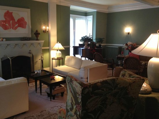 The Inn on Park Street: Living room common area