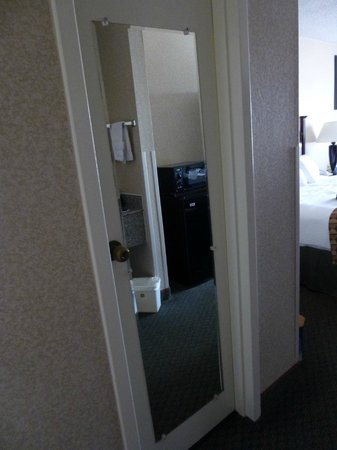 BEST WESTERN Springfield: door to toilet and shower/tub