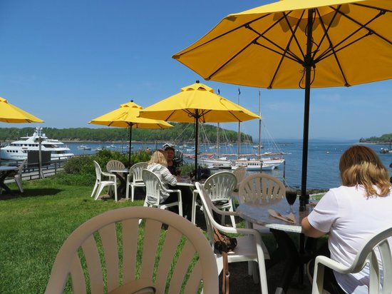 Terrace Grille: Dining on the lawn at the Bar Harbor Inn.
