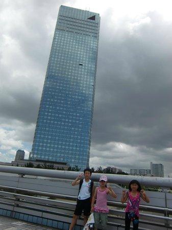 APA Hotel & Resort Tokyo Bay Makuhari: 海に向かって歩いてる時にホテルをパチリ