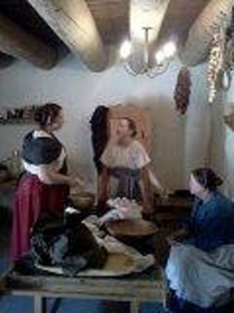 Bent's Old Fort National Historic Site: Women gossiping while making a vinegar pi