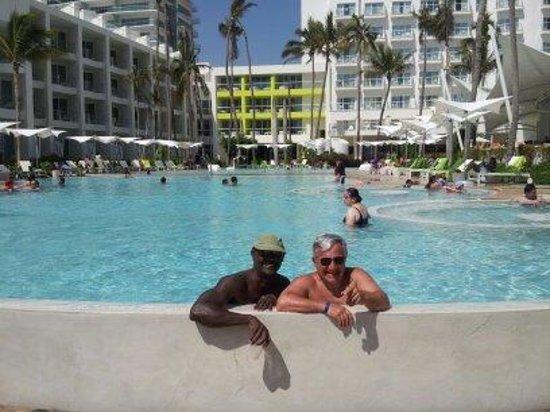 Hilton Puerto Vallarta Resort: Making new friends at the pool looking toward hotel