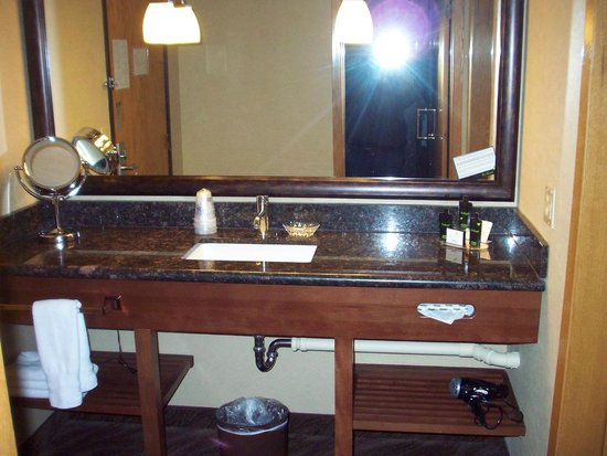 ‪‪Best Western Plus Superior Inn & Suites‬: Sink outside bathroom‬