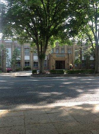 ホテル近くにある、岩手県公会堂。バス停 県庁・市役所前より。