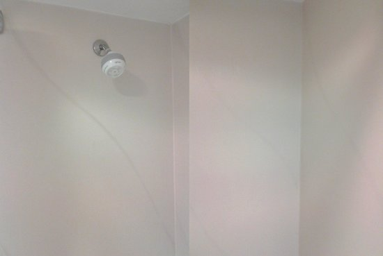 Hampton Inn Philadelphia King of Prussia: Shower design pattern not well thought out.