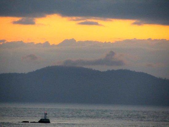 Oak Bay Beach Hotel: Sunrise as seen from our balcony