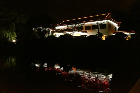 Zhejiang Xizi Hotel: We arrived late night, and beauty is amazing.