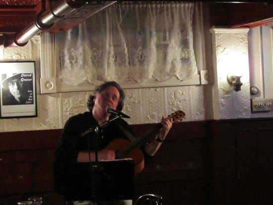 Lion's Den Pub : live music!