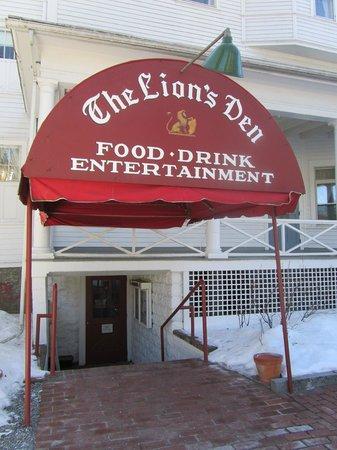 Lion's Den Pub: Outside