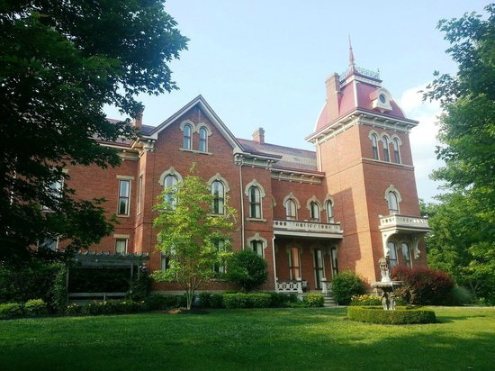 Schenck Mansion Bed & Breakfast Inn : Coming up to the house