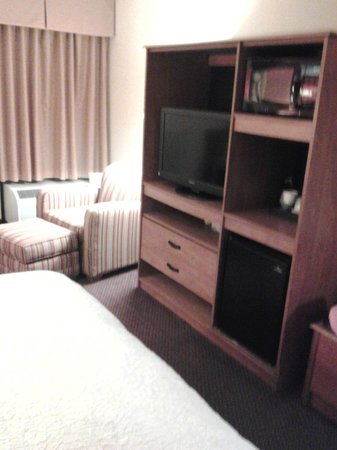 Hampton Inn Philadelphia King of Prussia: Microwave placed too high( not fair to little people)