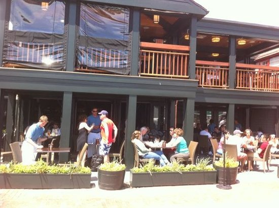 22 Bowen's Wine Bar & Grille: Patio at 22 Bowens