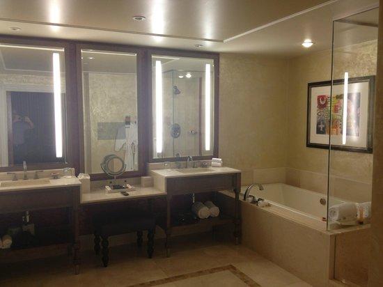 Regadera De Baño Para Ninos:El baño con tina y regadera: fotografía de L'Auberge Casino & Hotel