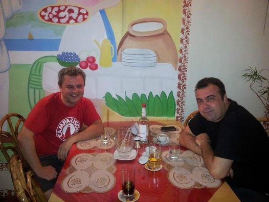 Bella Napoli Pizzeria Ristorante: Enjoy eating with friends