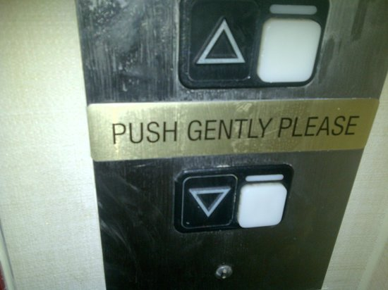 Comfort Suites: Sign on elevator