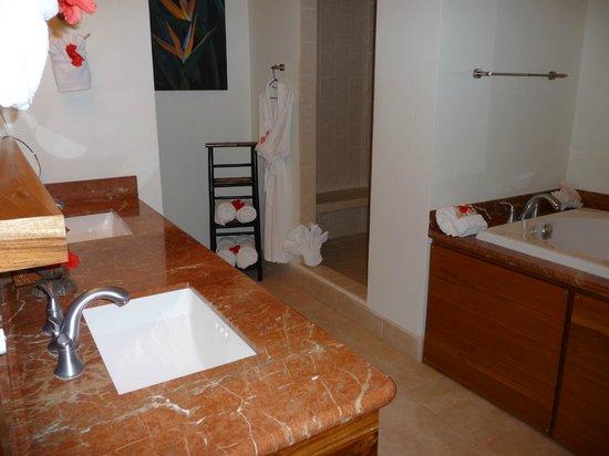 The Phoenix Resort: Large bathroom