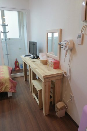 Lavinia: simple desk and chair in the single room