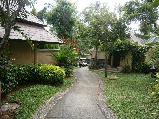 Nora Beach Resort and Spa: Pathway to villas/restaurant/beach&pool area