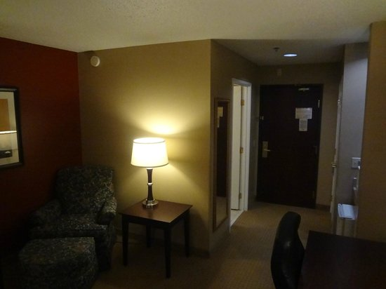 Wingate By Wyndham Dallas / Las Colinas : Entry way of the hotel room.  Nice reading chair.