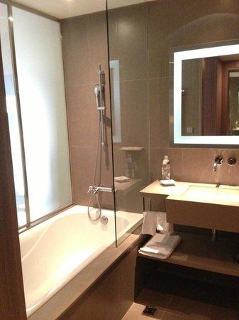 Hotel Novotel Taipei Taoyuan International Airport: bathtub