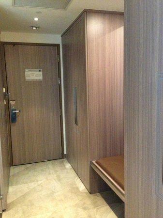 Hotel Novotel Taipei Taoyuan International Airport: the wardrobe & access