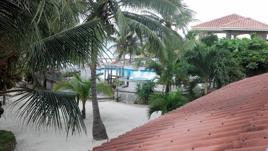 SunBreeze Hotel: Central Courtyard - Looking toward pool & ocean in background