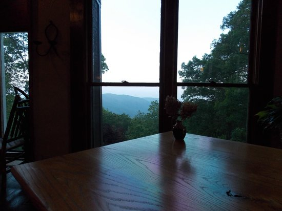 The Overlook Inn Bed and Breakfast: The view from the dining area of the great room!