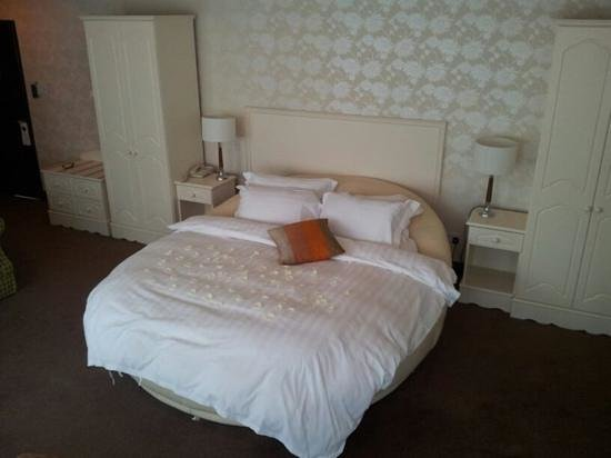 Fitzgerald's Woodlands House Hotel: suite 501 Circular bed!