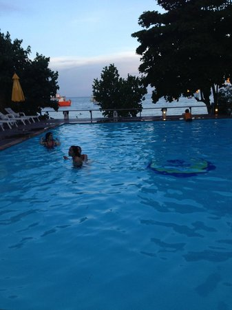 Vongdeuan Resort: The pool at dusk